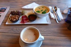 Lunsj ist hier ein kalter oder Warmer Imbiss der Mittags/Nachmittags zu sich genommen wird: Hier: Seranoschinken, Briekäse, Vinaigrettecreme, Salat und Sprossen, Walnüsse mit Honig, und eine leckere scharfe Ingwer-GemüseSuppe