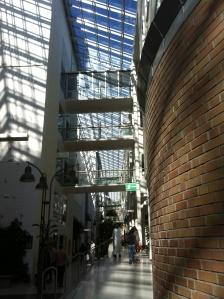 der Glasgang zieht sich 280m durch das Gebäude und auf der li. Seite sind die Funktionsbereiche (OP, Polikliniken, Bettenzentrale, ...) und re. die Bettenstationen.