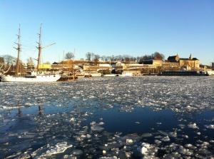 Eisschollen im Hafen vor Akershus Festning