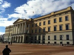 Das Königsschloss (Flagge oben, also ist der König anwesend) Leider hatte er keine Zeit für einen Café ... ;-)
