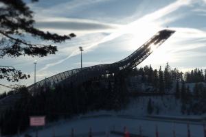 """Die 2008 errichtete neue Skisprungschanze am Holmenkollen in Oslo(Hier habe ich den """"Miniatureffekt"""" ausprobiert)"""