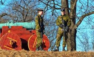 Zwei Wachsoldaten in Akershus Festning - allerdings verstehe ich immer noch nicht ganz warum sie die alten Kanonen bewacht haben und auch alle Touristen die da hoch wollten weggeschickt haben...