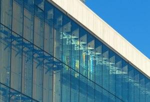 Lichtspiegelung in der Glasfasade