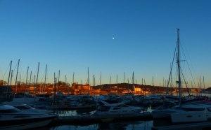 Akershus Festning und Mond hinter dem Yachthafen