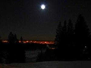 Farbspielereien mit dem Mond und der Stadt