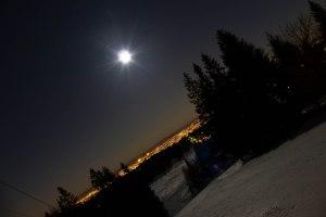 Nächtliches Oslo mit Skiabfahrt im Vordergrund