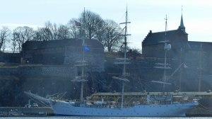 """Segelschulschiff """"Christian Radich"""" (die Fenster des Schiffes waren dreckig, daher die Flecken)"""