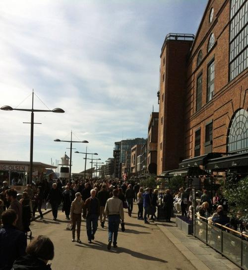 Masse folk på Aker Brygge