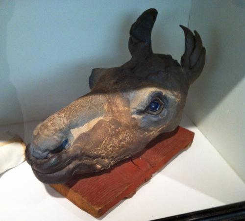 Ein Abbild des größten nordischen Hirschtieres: weiblicher Elchkopf aus Ton