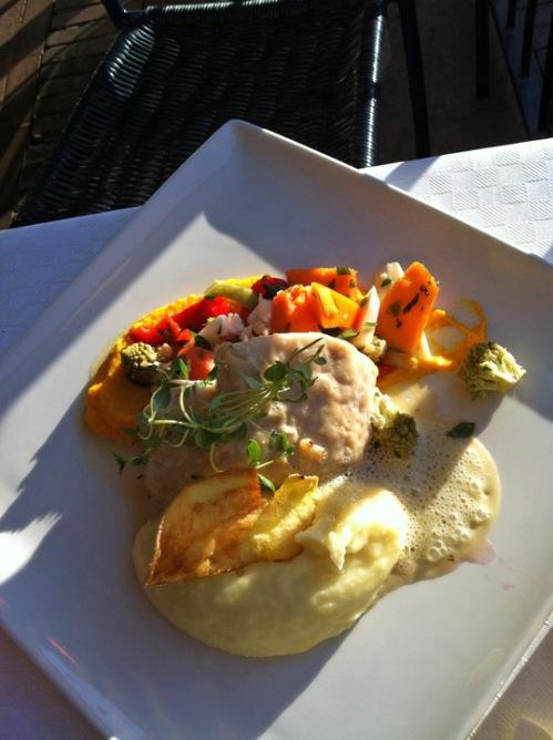 Torsk med grønnsaker og potatismos. (Dorsch mit Frühlingsgemüse auf Püree)