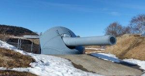 ... und trafen mit diesen 28cm Kanonen mehrfach das Schiff. Das brennende Wrack wurde noch von einigen Torpedos der, auf der nördlichen der Festungsinseln gelegenen Torpedobatterie und trieb noch einige 100 m nach Norden bevor es vor der nächsten Schäre kenterte und sank.