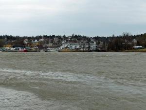 Nicht gut zu sehen, aber auf dem Fluß waren ganz schöne Wellen zu sehen. Der Wind war sehr stark am Freitag.