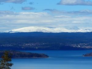 Der Tyrifjorden mit dem Hochfjell (Gebirge) im Hintergrund