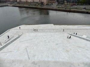Oslo Oper: Winzlinge am Fuss des Gebæudes