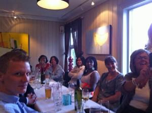 Sommerfest: rechts 2 Kolleginnen von der Plastischen Chirurgie, dann Alice, Wilmae, Josephine, Maxima und links Wilhelm von der Orthopädie