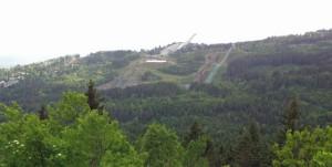 Die gesamte Skisprung (norwegisch: Skihopp) Anlage mit der Großschanze und 3 kleineren Übungsschanzen.
