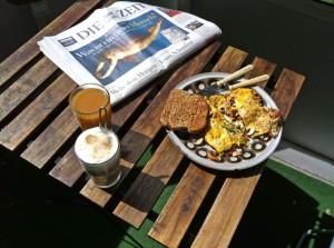 leckeres Frühstück mit viel Zeit (doppeldeutig :-) )auf meinem Balkon (mit einer der wenigen Deutschen Zeitungen die man hier bekommt.)