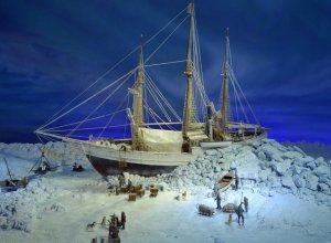 Modell der Fram im Packeis auf dem Weg zum Nordpol