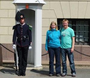 Norwegische Wachsoldaten leiden nicht ganz so wie die britischen Kollegen - sie dürfen sich auch mal bewegen... , mit Sarah und David