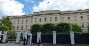 Der König ist anwesend, die Standarte hängt oben. Allerdings kann man das Schloss auch besichtigen. Die norwegische Königsfamilie ist sehr volksnah!