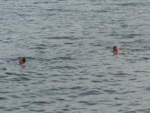 Ganz mutige springen schon ab Mai in den Fjord hab ich gehört.