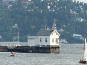 """Nein, das ist keine """"Drive-Inn""""-Kirche für Fischer - ein Leuchtturm auf Gressholmen"""