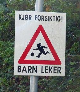 """NEIN - Norweger sind KEINE Kannibalen, die Kinder lecker finden!!! :-) Auf dem Schild steht nur: Sei Vorsichtig! Kinder spielen"""" :D"""