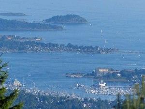 """""""Kongen"""" und """"Dronningen"""" (König und Königin) sind 2 sich gegenüberliegende Jacht-Clubs zw. Oslo und der Museumshalbinsel Bygdøy"""