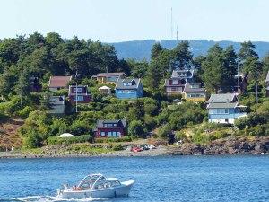 ... führt er doch an (Ferienhäuser auf Bleikøya) ...