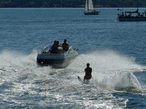 Wassersport im Sommer (die bekommen allerdings ärger, da sie knapp die Fähre gekreuzt haben. Ist wohl nicht erlaubt.)