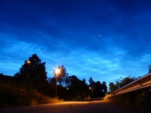 Leuchtende Nachtwolken ueber Oslo