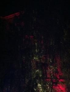 noch etwas unscheinbar: Beleuchtete Hausfassade
