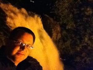 Portrait vor einem Wasserfall