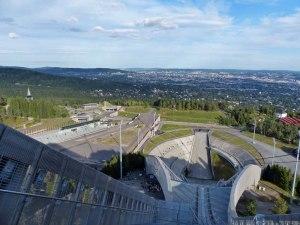 Aussicht auf Sprungschanze und Biathlonarena