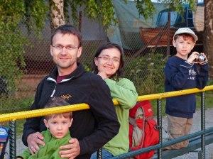 Warten aufs Boot: Marko mit Juliane, Justus und Felix