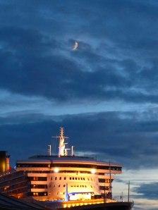 Queen Mary 2 und die Mondsichel