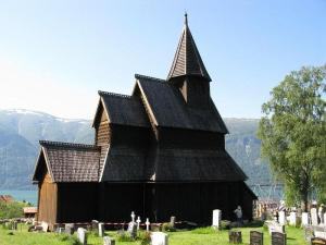Urnes Stavkirke vor dem Fjord