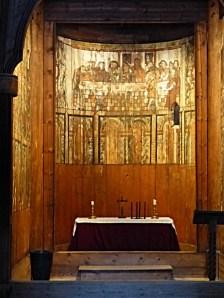 ... mit schlichtem und doch beeindruckend ausgestattetem Altarraum ...