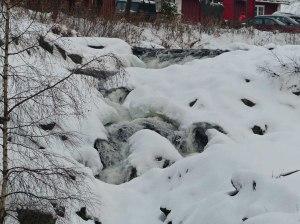 ... wie man am halb eingefrorenen Wasserfall sehen kann.