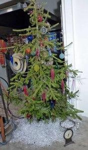 """Dem Weihnachtsbaum ist es definitiv zu warm - trotz des """"nicht-schmelzenden"""" Eises unter dem Baum..."""