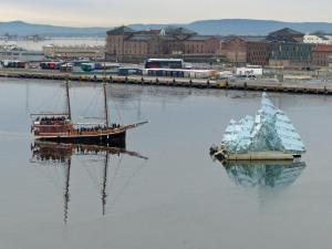 Sightseeing Boot an der Eisbergskulptur vor der Oper