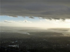 ... auf den Fjord hinunter.