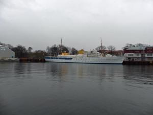 """Sightseeing Bootstour bei Nieselregen: Königliche Yacht """"Norge"""" im Winterschlaf"""