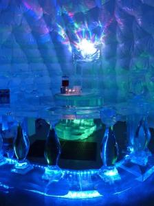 """""""Iglu-Bar"""" (mangels Eis und Schnee ein aufgeblasenes Zelt) :-)"""