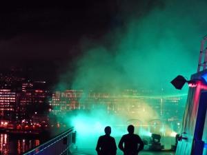 """""""Polarlicht"""" (Laserlicht in Nebelschwaden projiziert) Ab und an kann man """"Aurora borealis"""" auch in Oslo sehen. Leider war es diesen Winter immer dann gerade bewölkt... :-("""