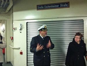 """Deutscher Militärseelsorger bei der Führung auf der """"Frankfurt"""""""
