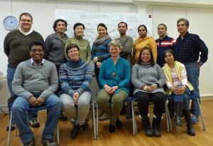 Gruppenbild vom Norwegischkurs mit internationalen Teilnehmern. Gruppenlehrerin Marit vorne in der Mitte.
