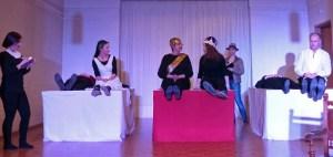 und König Claudius, Mörder von Hamlets Vater (vergiftet, absichtlich) Links von Ophelia ist noch Polonius, Vater von Laertes und Ophelia (erstochen hinter einem Sofa, zufällig) Ganz Links: Horatio, Freund von Hamlet