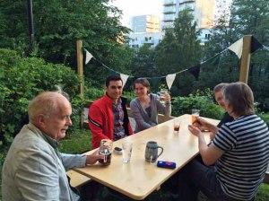 einmal im Monat treffen sich die Jungen (und die Jung-Gebliebenen ;-) ) Erwachsenen im Café Liebling oder im dazu gehørigen St. Pauli Biergarten zum Stammtisch um sich auszutauschen und ueber verschiedene Themen zu reden