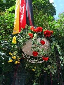 Zu Staatsbesuchen wird die Karl-Johanns-Gate (Prachtstrasse vom Schloss weg) in den jeweiligen Landesfarben geschmueckt - mir war gar nicht bewusst, dass es (fast) schwarze Blumen gibt